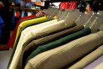 sklep z ubraniami, ubrania na wieszakach