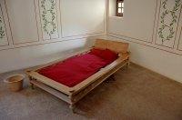 drewniane łóżko w kącie