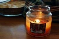 płonąca świeca zapachowa