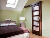 Drzwi przesuwne w pokoju na poddaszu